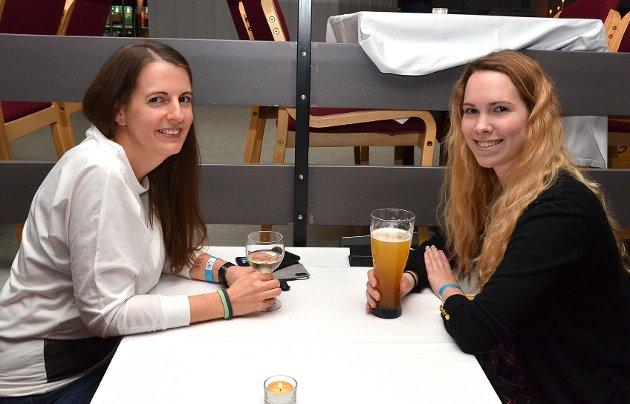 FREDAGSPILSEN TRAKK: – Vi dro hit fra Askim på grunn av fredagspilsen, forteller de glade venninnene Heidi Lund (t.v.) og Lena Pedersen.