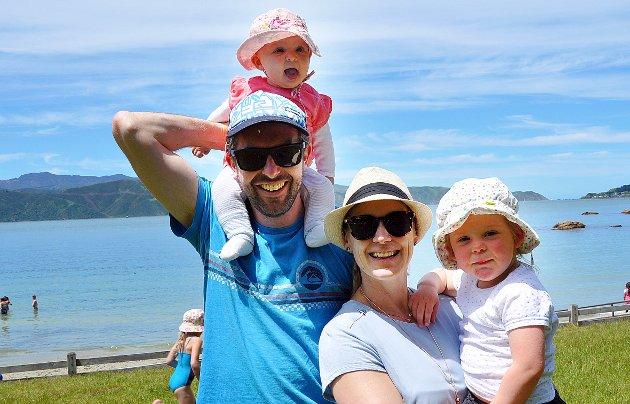ANBEFALER NATUROPPLEVELSER: Murray Whyte og Nina Koch, med barna Caithlyn og Florence, bor i Wellington.   FOTO: Gustav Sjöholm/TT / TT NYHETSBYRÅN