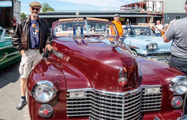 """Det ble et topp tradisjonelt amcartreff i flott vær hos Felleskjøpet på Holstad da """"Spring Meet Follo"""" ble arrangert andre pinsedag. Over 300 amcars var innom portene, og rundt tusen tilskuere. Pubikum stemte fram sine favoritter. En av dem var Stein Eriksen fra Westside Cruisers i Bærum sin 1941 modell Cadillac Serie 62 Cup Convertible."""