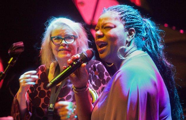 Bodil Niska og England Brooks er sjelesøstre som passer hverandres uttrykk perfekt. Sammen med bandet leverte de en nær, flott og godt mottatt konsert i Stormens lille sal.
