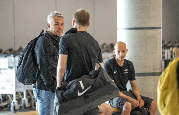 Det var ikke mye smil å se da Kåre Ingebrigtsen ankom Flesland mandag, men så har han da også mye å bekymre seg for. Men han får ikke sparken, spår BAs sportsredaktør Tormod Bergersen i denne kommentaren.