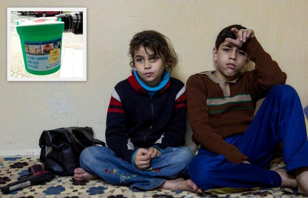Må hjelpe i Norge: Syriske barn i flyktningeleir i Jordan. Eva-Lotta Sandberg skriver i kronikken at ikke alle som flykter fra Syria kan få hjelp i nærområdene. Innsamlingsbøssa brukes av aksjonen Norsk Folkehjelp drar i gang på 1. mai. (Foto: NTB Scanpix og Norsk folkehjelp)