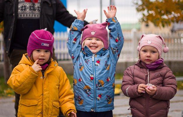 LYKKE: Det er klart uttrykk av lykke for å få bli med på fest for barna! Her ser vi Birgitte Larsson Moe (2), Selina Johansen (3) og Amalie Alsen Sommer (3).