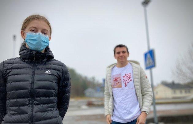 HVA MED DE ANDRE?: Rikke Hamland (16) og Mathias Lothe Nilsen (16) erkjenner at de har vært blant de som har samlet seg sosialt i et antall som er i strid med smittevernsreglene. Likevel reagerer begge på ordførerens fokus på ungdommen i forbindelse med smitteutbruddet i Nærøysund. De får støtte av NA på lederplass.