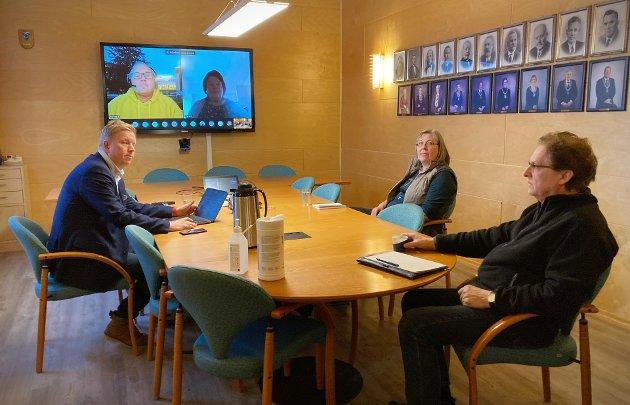KRISEMØTE: Ordfører Amund Hellesø, kommuneoverlege Sabine Moshövel og assisterende kommunedirektør Roy Ottesen og medlemmer av formannskapet på skjerm i krisemøte som følge av nytt smittetilfelle i Rørvik.