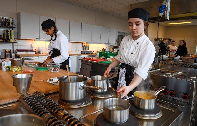 Fylkesfinale og uttak til NM i kokkefaget. kokkeelever Dina Shruti Solheim fra Bodø v.g. skole og Mia Bentzen, Polarsirkelen vg skole.