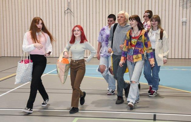 Elever på musikk, dans og drama marsjerer for å møte sine lærere under skolestart.