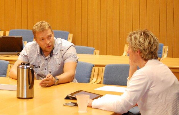 Jevnaker formannskap. Morten Lafton (Ap) og rådmann May-Britt Nordli.