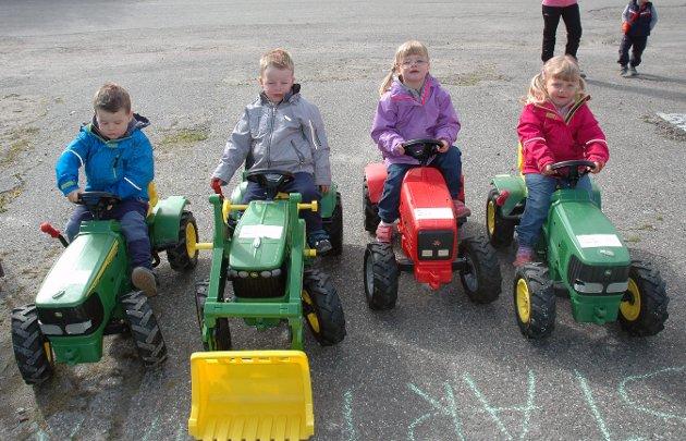 Disse to tvillingparene, med Jensen som etternavn, syntes det var stas å ha hver sin traktor. Fra venstre: Theodor (4), Sindre (3), Thea (4) og Synnøve (3).