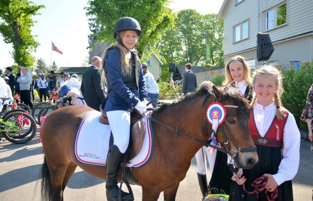 Amalie Dahl (på hesten Rosalita), Nicoline Johansen og Charlotte Zahl fra Eidsberg Rideklubb.
