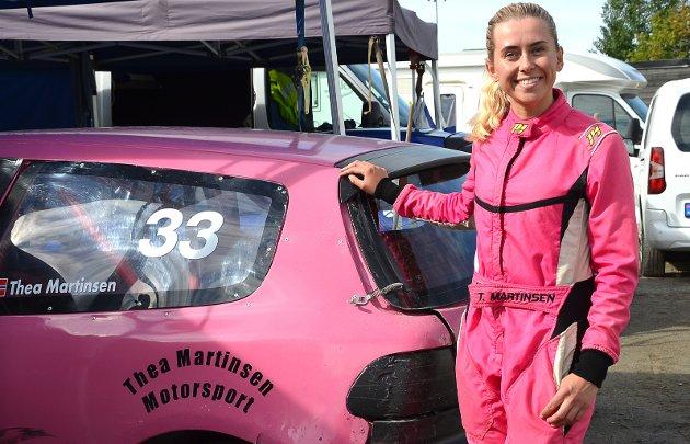 SMILER FORNØYD: – Det har gått ganske greit med kjøringen i helgen. Jeg kom til b-finalen og det er jeg brukbart fornøyd med, sier Thea Martinsen smilende i rosa rett ved sin like rosa bil.