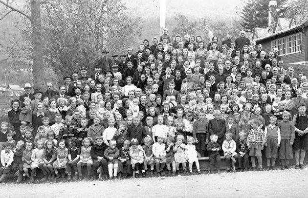 Gruppebilde av de internerte fra Telavåg etter to år i fangenskap i Norheimsund.     Telavåg på Sotra i Hordaland ble jevnet med jorden, 18 nordmenn ble henrettet, alle menn mellom 16 og 60 ble sendt til Tyskland og resten av befolkningen internert, som represalier etter at to tyske soldater ble drept i skuddveksling med to norske motstandsmenn.