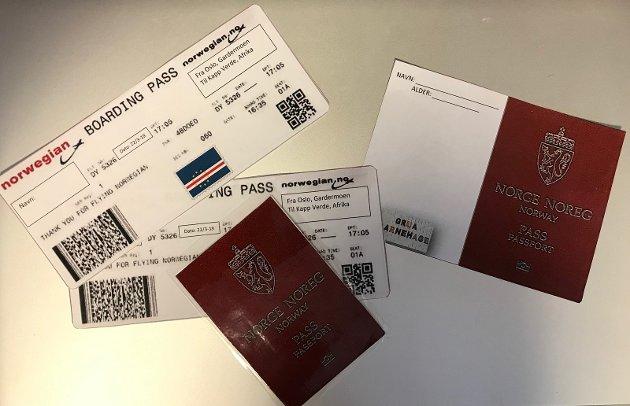 Pass og boardingkort: Alle barna fikk pass og boardingkort til turen.