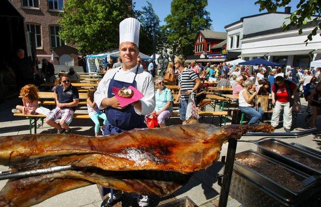 2014: Espen Haugland Johansen og de andre elevene ved restaurant og matfag på Kirkeparken v.g.s. serverte «lam på barkerbrød» under mossedagene, som en smaksprøve på hva de skulle servere under Spelet Christian Frederik i august samme år.