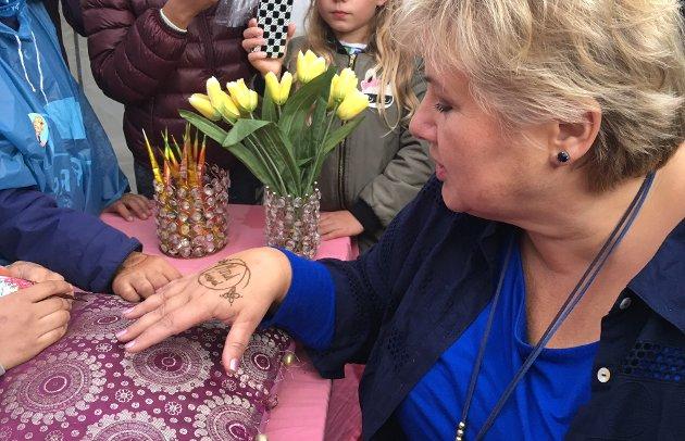 Statsminister Erna Solberg lot seg dekorere da hun besøkte Mortensrud.
