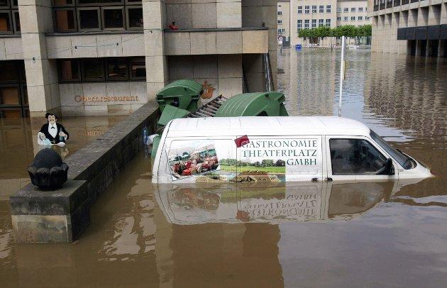 FLOM I EUROPA: Elben satte ny flomrekord i Dresden fredag, og truer med å oversvømme enda flere bygninger i byen. Kjelleren i operabygget og operarestauranten står under vann.