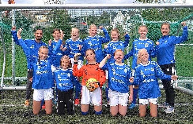 GLADE OG FLINKE: RIFs jenter 13-årslag smiler og jubler - både fordi de endelig får spille fotball igjen og fordi de tok sin en klar seier 9-5 over Mysen etter at de slo Tune 7-1 i åpningskampen. Med denne gang var: Nathalie Budalen (foran f.v.), Oline Lier, Selma Sperstad-Mujagic, Hanna Thune og Malin Rognerud Fred. Bak: Raid Yousif (trener), Hermine Tidemann Vedahl, Sofie Budalen-Bergstad, Madelen Støten, Mathilde Stensrud Kristiansen, Elise Trinborg og hovedtrener Anette Tidemann.