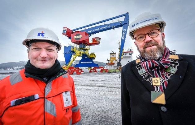 Rana Indistriterminal åpner og tar i bruk ny kran nr. 117 på Jernverkskaia. Alf Øverli fra RIT og ordfører Geir Waage.