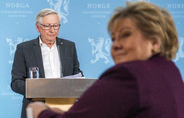 RB: Koronakommisjonens leder Stener Kvinnsland overleverte onsdag kommisjonens sluttrapport til statsminister Erna Solberg. FOTO: NTB