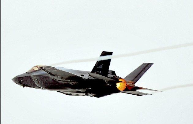 Det blir fortsatt betydelig militær aktivitet på Rygge. Vedlikehold av motorene til det nye jagerflyet F35 er en av aktivitetene som gjør Rygge flystasjon viktig for Forsvaret. (Foto: Jarl M. Andersen)