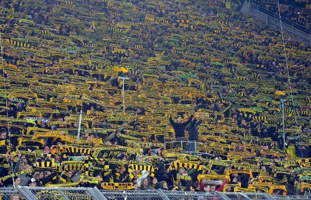 FOLKSOMT: Borussia Dortmunds hjemmekamper er alltid utsolgt. Stemningen er voldsom, med over 80.000 på tribunene. For å få billett må man være medlem i klubben.   FOTO: Martin Meissner / AP Photo / TT / NTB Scanpix
