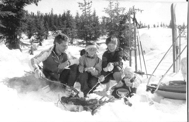 Erna og Jan Smeby sammen med Jostein og Henriette. 5/4-1988