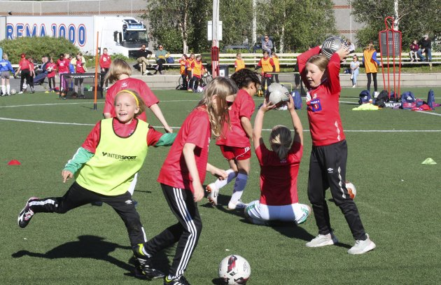 LEK: Mye lek på TINE Fotballskole for jenter på Halsøy. Over 100 deltakere fra 7 til 12 år.