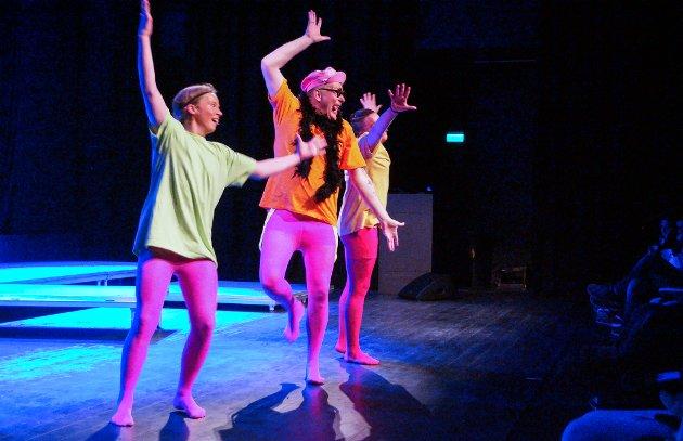 SVEVER: Jon Strømkvist dansekompani, med gjesterevyartist Hans Morten Olafssoni spissen og med sine rosa dansetrinn, får salen til nesten å miste pusten.