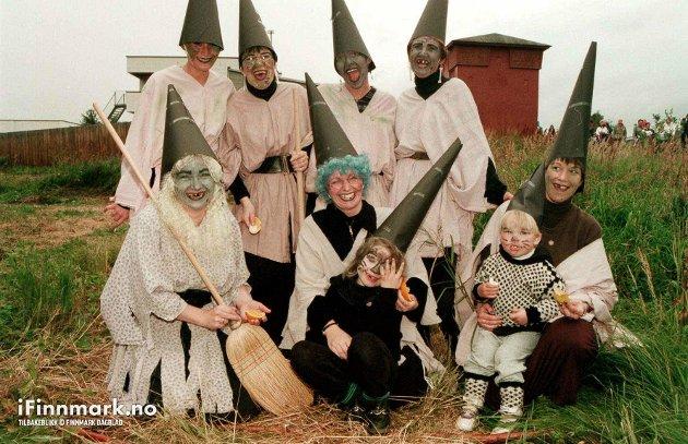 90-TALLET: Heksene fra Alta Apotek skuffet ikke, og stakk av med premien for beste utkledning under jentejoggen i Alta. Og da runget de til med ordentlig heksehyl.