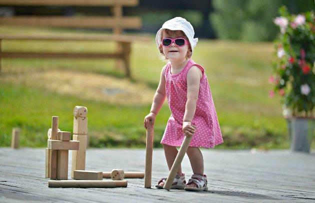 GØY MED KLOSSER: Tiril Hestnes (2) syntes det var så gøy å leke med klossene at hun ikke ville gå inn i skyggen da pappaen hennes hadde lyst til det.