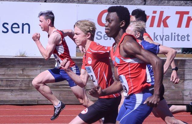 DUELL: Nissi Kongolo (nærmest), Sjur Grung Tallaug (i midten) og Nikolai Stavik Moshagen  (lengst unna) knivet om seieren på 100 meter i klasse 15-16 år: Tallaug trakk det lengste strået.