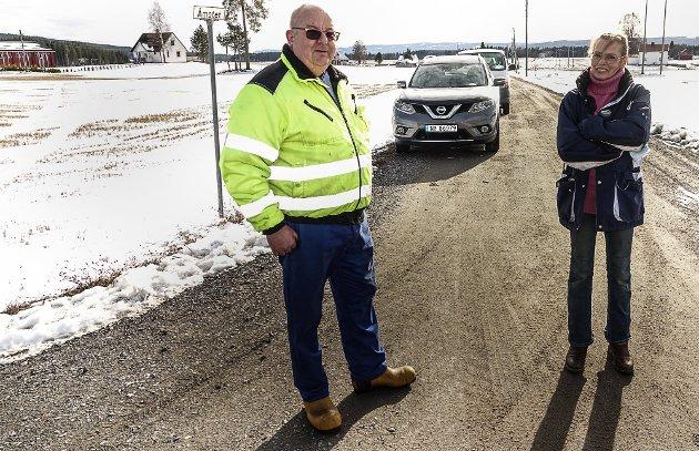 AMPERT: Det er amper stemning blant beboerne som risikerer å få måtte ta over kommunale veger i Åsnes. Kim Iren Brandvold og Roar Heiberg vil ikke akseptere å ta over en veg som de mener kommunen har forsømt.