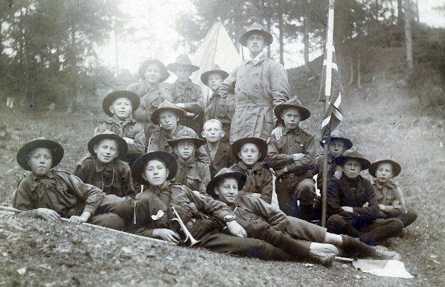 Begynnelsen: 1. Hønefoss speidertropp på sin første utmarsj i 1915. 6 dager, 90 km til Eidsvoll. Troppens stifter,  R. Iversen, stående.