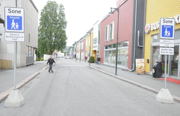 BLIR ENVEISKJØRT? Siden 1. juli i fjor har deler av Norderhovsgata vært stengt for vanlig biltrafikk. Nå anbefaler Statens vegvesen at gata åpnes for trafikk igjen - men bare i en retning.
