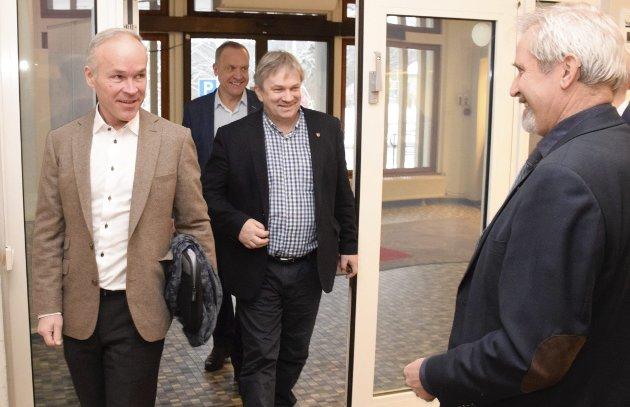Kommunalminister Jan Tore Sanner (H) sammen med de lokale ordførerne Lars Magnussen (Ap, bakerst), Kjell B. Hansen (Ap) og Per R. Berger (H).