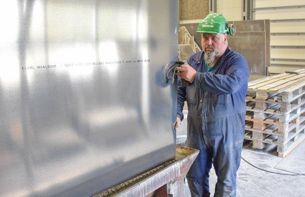 Bjørn Ivar Hannasvik har full kontroll på metallplatene som skal skjæres til deler som skal settes sammen.