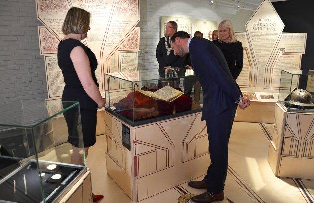 """GRATIS: Kronprinsparet slapp nok å betale da de åpnet utstillingen """"Kongens Velde"""" på Slottsfjellsmuseet i mai. Men museum bør være gratis for alle, mener Lars Egeland (SV)."""