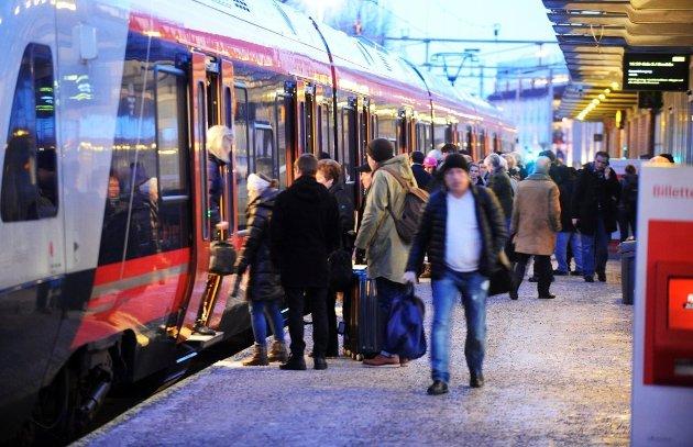 DAGLIG: Overfylte tog er en daglig opplevelse på Vestfoldbanen, skriver togpendler Anders J. Steensen.