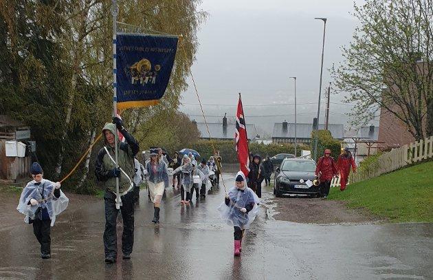 TROSSETREGNET:Fra regnværet onsdag da Rotnes skolekorps øvde til 17. mai, her ved Nygård. Ifølge gjeldene værvarsel kan det bli nødvendig med regnkapper også på selve dagen, førstkommende mandag.