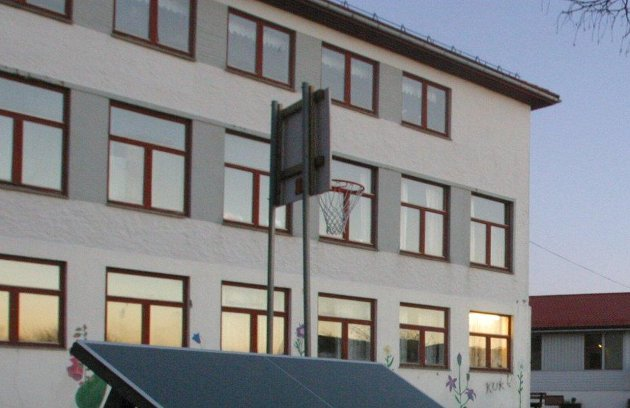 Foreldrearbeidsutvalget Kaland barne- og ungdomsskule (bildet) ber kommunestyret i Alver  ta opp saka om Åsheim-elevane på nytt.