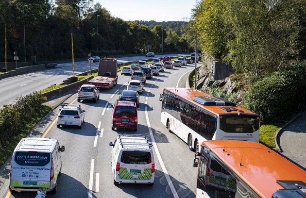 – I dag kjører om lag 70 prosent alene i rushtrafikken, så samkjøring er et forslag. Men jeg er redd det må hardere lut til, mener innsenderen. FOTO: Emil W. Breistein