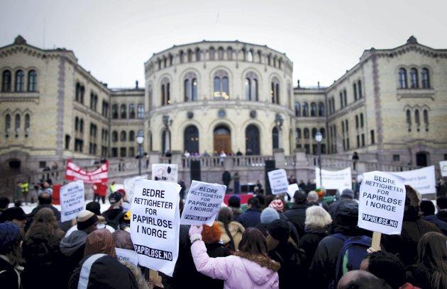 Bildet er fra en demonstrasjon for papirløse flyktninger utenfor Stortinget i 2011. FOTO: NTB / Kyrre Lien