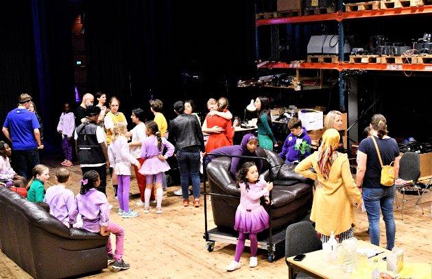 BAK SCENEN: Yrende liv av skuespillere, foreldre som scenearbeidere og profesjonelle medhjelpere.