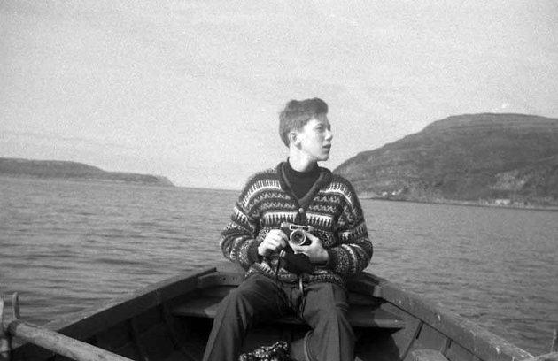 Kai Åge Hansen i lettbåten til Minka, med Melkøya i bakgrunn