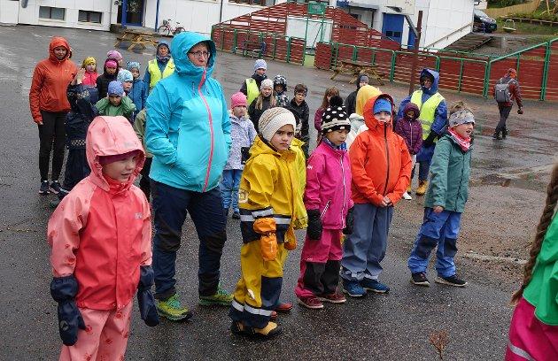 VENTER: Klar for å lære mer om trafikksikkerhet. Alle er kledd for litt typisk høsvær i Finnmark.