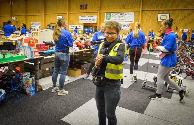 Skrim-loppa loppemarked Skrimhallen. Ann Rigmor Smørgrav teller ned.    Foto: Eigil Kittang Ramstad