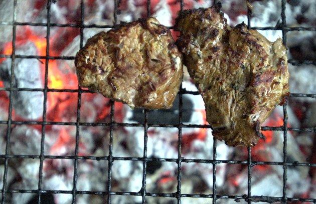 - Det var nok mange som satte koteletten, eller annen grillmat, i halsen da statskanalen nå nok en gang avslørte grov mishandling av norske griser.