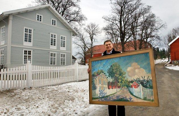 UNDESLØS: Skrivergarden på Kapp fikk ny eier i Steinar Wangensteen Næss, som pusse opp og restaurerte stedet etter mange års forfall.  Her er Wangensteen med et gammelt maleri fra stedet.