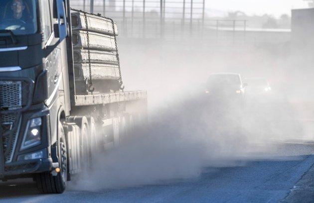 Sand som ligger i veibanen etter vinterens strøing ble blir virvlet opp og sprer seg som støv, skriver ordfører Geir Waage i leserbrevet.