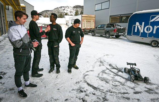 Fredrik Rebbestad Olsen (15) tester ut kjøreferdighetene sine med en radiostyrt bil.